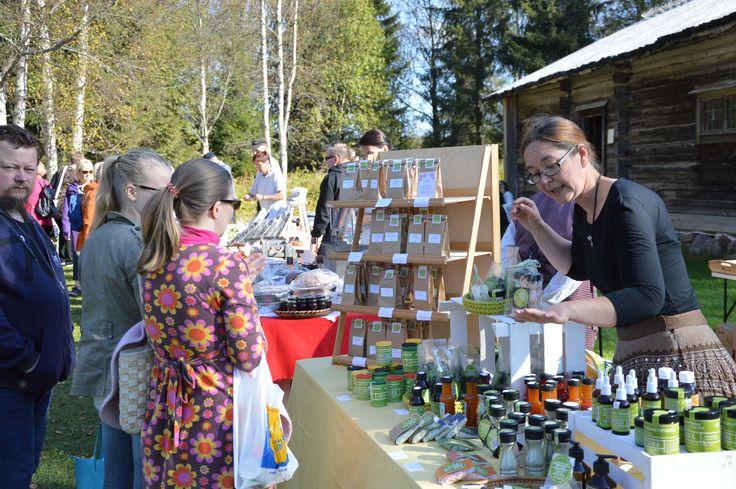 Erilaiste mausteet ja yrtit ovat suosittuja ostoksia markkinoilla. Luuppi, Oulu (Finland)