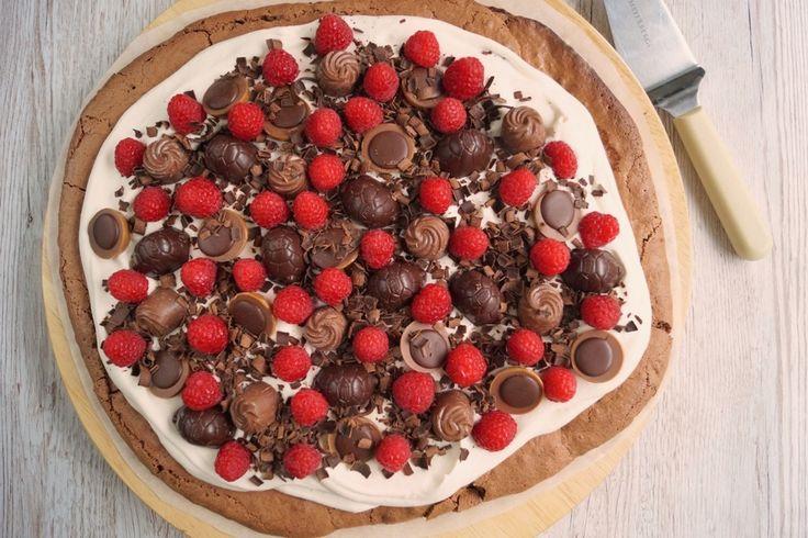 Browniebund toppet med chokolade og hindbær