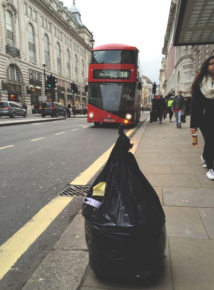 A może Paweł? Tylko dlaczego z wielkim czarnym worem na śmieci i w czapce Sherlocka Holmesa? Tak to już jest, że u Mereczów wszystko może się wydarzyć. Trochę daliśmy ciała, ale Londyn zupełnienas nie zawiódł. Tym razem Londyn przemierzaliśmyśladami bohaterów literackich, którzy akurat wtedyskradli nasze serca. Malinka właśnie pokochała Misia Paddingtona, Tosia w szkole omawiałaCharliego...  Read more »