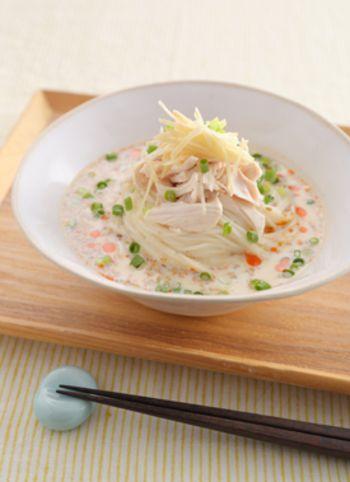 豆乳にスープを溶かし、鶏ささみとたっぷりの薬味をのせていただく濃厚そうめん。体の中からポカポカあたたまりそう!