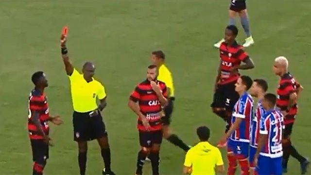 """El """"Clásico de la Paz"""" de Brasil termina con 10 tarjetas rojas https://www.sport.es/es/noticias/futbol-america/clasico-paz-brasil-termina-con-tarjetas-rojas-amarillas-6633923?utm_source=rss-noticias&utm_medium=feed&utm_campaign=futbol-america"""