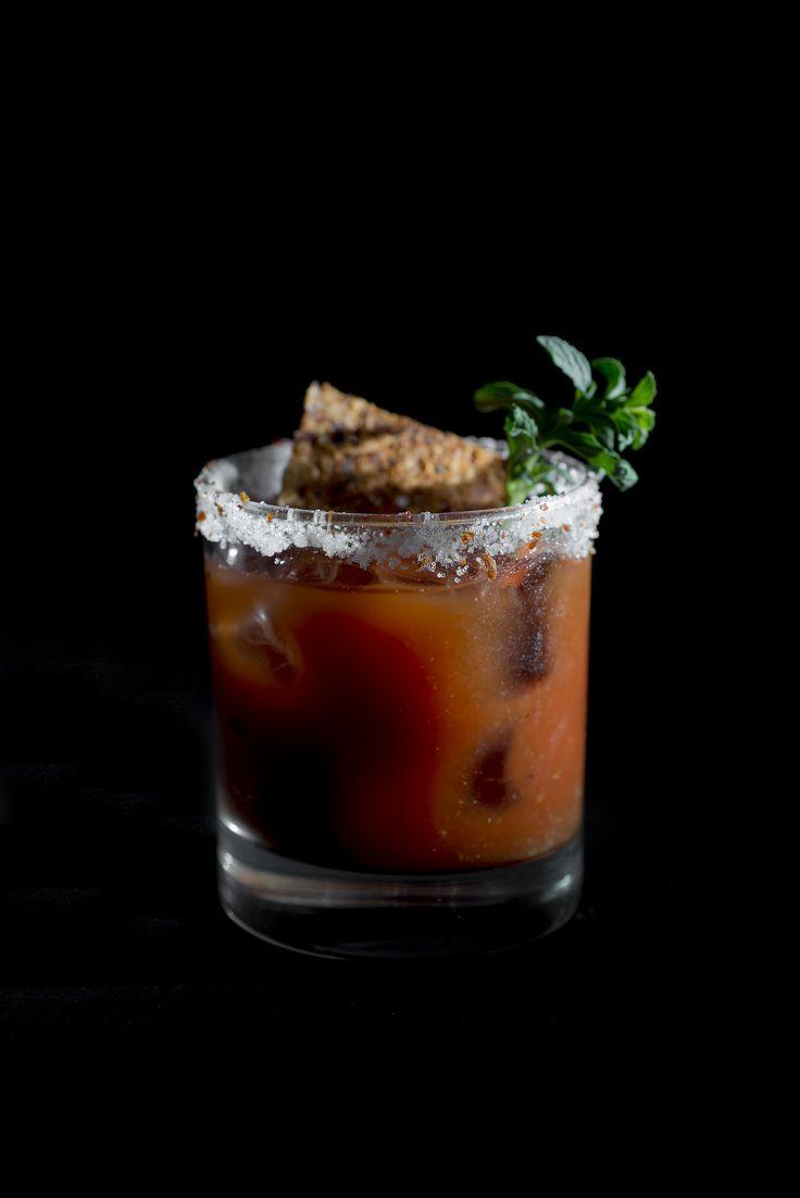 Sumo Compal Veggie Tomate, poejo, piri-piri caseiro, pimenta e medronho - é assim o Bloody Manel do restaurante Pigmeu, em Campo de Ourique