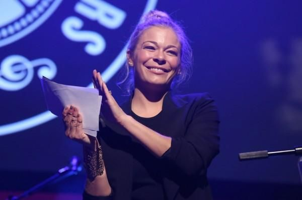 LeAnn Rimes tweets about surgery… for hangnail