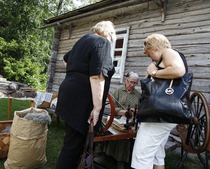 Perinneviikonloppuna Turkansaaressa voi tutustua perinteisiin töihin työnäytöksissä. Oulu (Finland)