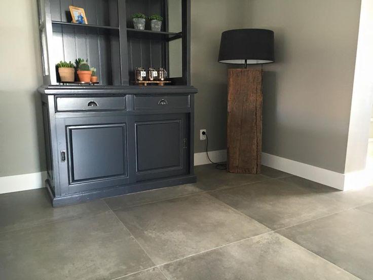 Taupe kleur betonlook tegel gelegd in woonkamer
