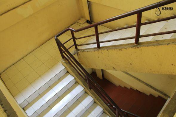tangga menuju rumah baru Maya