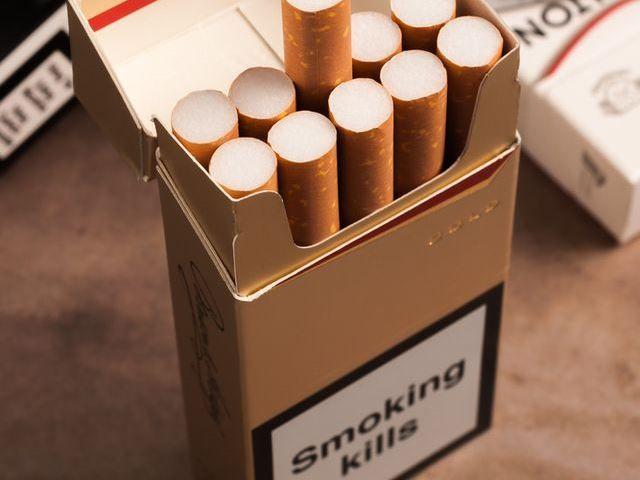 イギリスでタバコのパッケージのデザインと表記を統一する新規制が20日から完全実施となった。より魅力のないパッケージにすることで、若い世代の喫煙防止につながることが期待されている。一方、愛煙家は個人の自由の侵害だと反発。タバコ業界はさっそく新規制対策に乗り出しており、反タバコへの取り組みは一筋縄では行かないようだ。