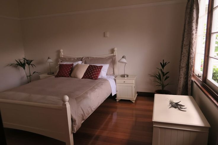House in South Hobart, Australia. Charming and cosy,  Braeside is a comfortable, well-appointed house that is located in a very quiet, safe street. From here it is an easy 15-20 min walk (or 5 min drive) to either the CBD, Salamanca Cove, Casino or University. Even though, it is i...