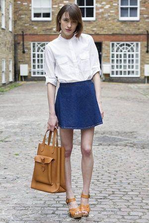 定番デニムスカートに、袖ロールアップや胸元のボタンを開けたり、高い位置でのウエストインで着こなせば、フェミニンなムードが濃くなる上、上半身がコンパクトに映る。