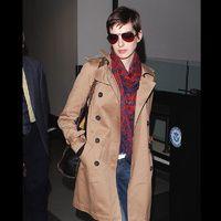 shopping inspirado en el estilo de calle de Anne Hathaway tras su corte de pelo: trench con deportivas con cuñas   Galería de fotos 8 de 22   Vogue