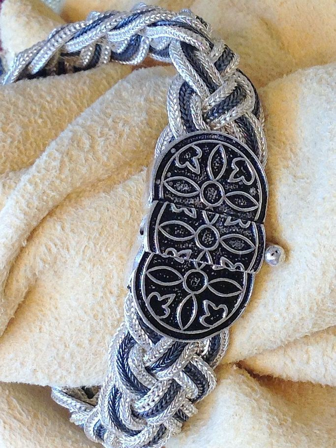 Massives #Silberarmband, #flexibles und anschmiegsames #Geflecht aus feinen #Silber-#Panzerketten. Unempfindlich im Tragen, beeindruckend im #Stil.