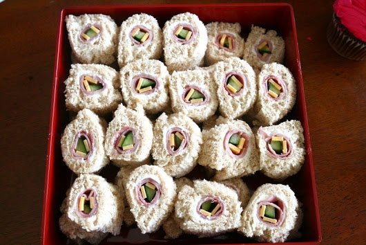 Can'tbelieve I never thought of it: Sandwich sushi and fruit swords- cool & healthy party food for kids! Finally something else than cake or candy...