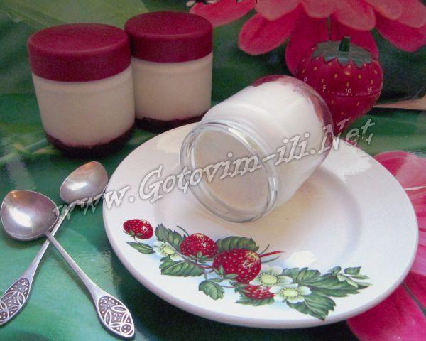 Сливочно-кокосовый йогурт с клубникой