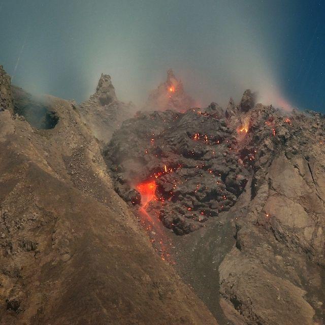 Lava fuoriesce dal cratere del vulcano #Sinabung sull'isola di Sumatra, in #Indonesia