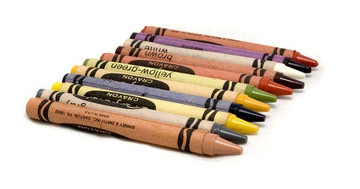 Cómo hacer arte con crayones Crayola. Tienes cajas llenas de crayones pero no quieres tirarlos. Haz algo más con tus crayones Crayola en lugar de rellenar dibujos de un libro para colorear. Experimenta con cada técnica o mézclalas para crear algo nuevo. Si tienes crayones nuevos de marca, úsalos para colorear o pintar. Si tienes varios que están rotos o viejos, fúndelos y saca el ...