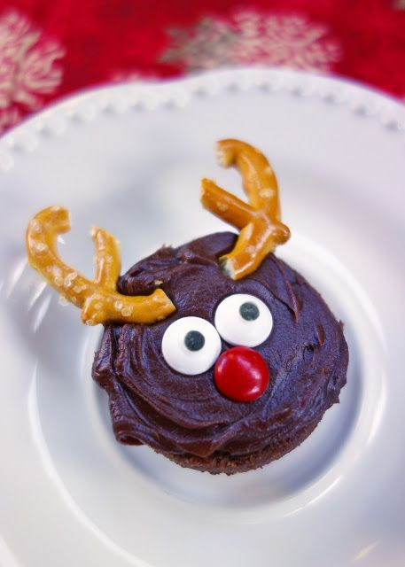 Reindeer Brownie Bites {No Bake} - decorate store-bought brownie bites for a fun treat!