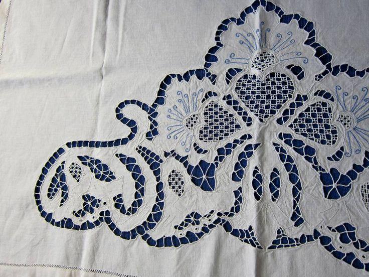 Накомодник занавеска лен ришелье 50-е г.г. Льняной накомодник или занавеска, очень красивая вышивка ришелье.  По трем сторонам мережка. Размер изделия 101 х 68 см, ришелье 75 х 36 см.