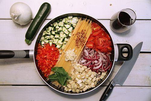 INGRÉDIENTS (environ 4 portions) 350 gr (12 oz) de linguine sèches 2 tomates italiennes coupées en dés 1 poivron rouge épépiné et coupé en dés 1 courgette coupée en dés 1 petite aubergine pelée et coupée en dés 1 oignon émincé 2 gousses d'ail émincées 1 c. à thé de piment d'Espelette Feuilles de basilic, d'origan ou de thym frais (au goût) 2 c. à soupe d'huile d'olive extra-vierge, première pression à froid Sel et poivre 4 ½ tasses d'eau