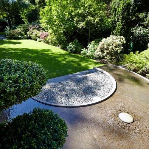 Wasserspiel, Naturstein Grauwacke, klassischer Garten, Ideen | Rollrasen und wunderschöne Bepflanzung im Einklang mit Pflege des Gartens Rheingrün Gartengestaltung