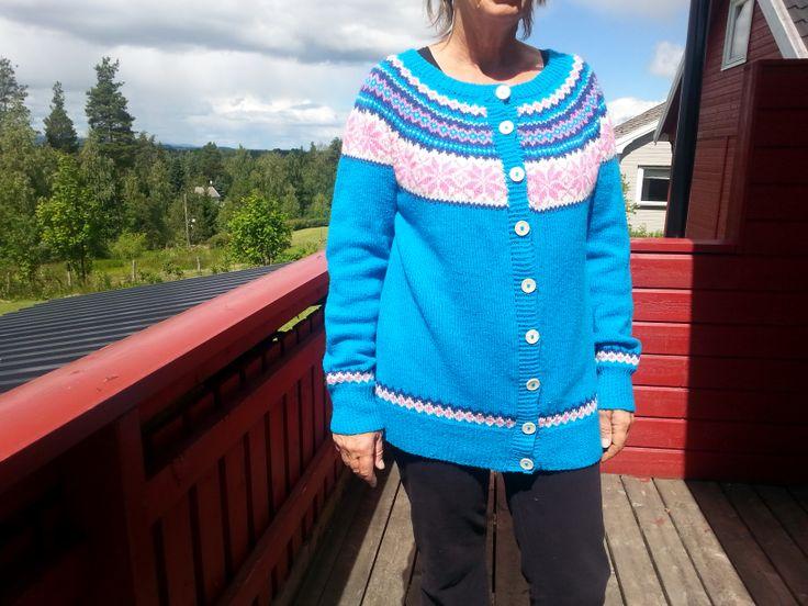 Nancy-jakke strikket i Kauni.