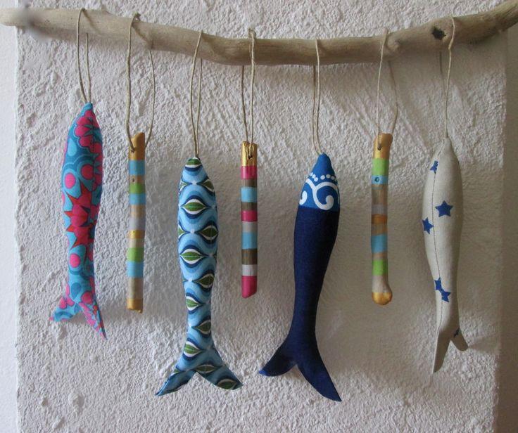 Petits poissons tissus et bois flottés peints sur branche de bois flotté - SUR COMMANDE : Décorations murales par maskott
