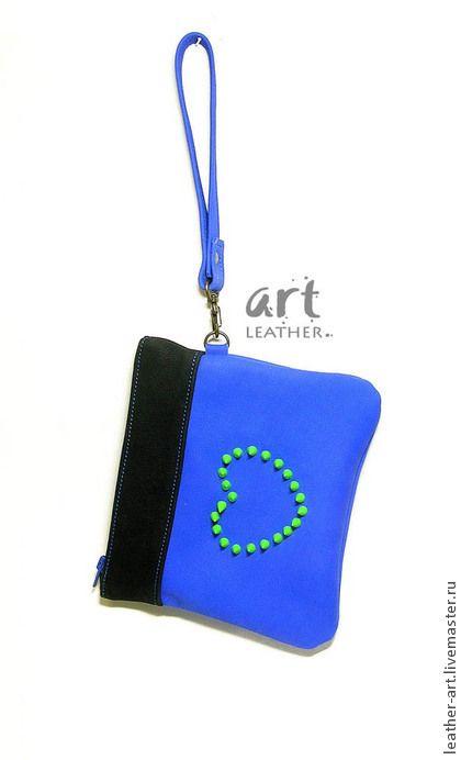 Кожаный клатч Шипастый. Маленькая молодежная сумочка-клатч из синей с черным кожи. Для ключей, помады и документов.    Украшена кислотно-зеленого цвета шипами по контуру сердечка.    Ручка-петелька, сумка носиться на запястье или в руке.