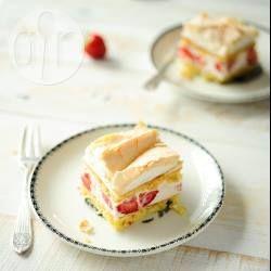 Deze aardbei-kaastaart is mijn absolute favoriet! Het is gemaakt van een biscuit met havermout, gevuld met een kwark-mascarpone vulling en bedekt met een knapperige meringue. -ServingDumplings