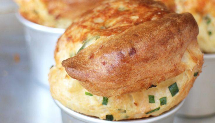 Popovers zijn een soort kruising tussen broodjes en cakejes, maar dan ontzéttend luchtig. Doorde vormpjes vooraf…