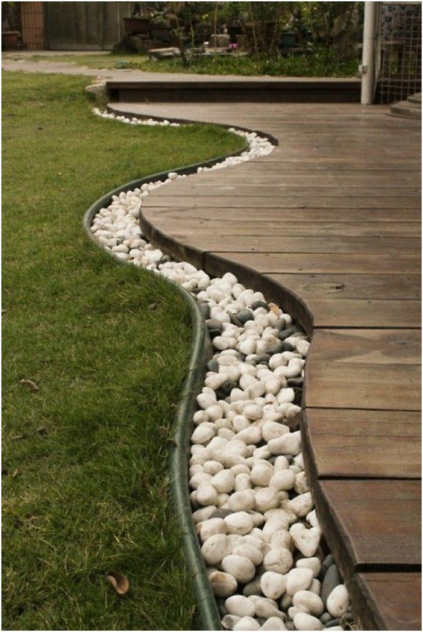 Afscheiding met steentjes tussen terras en gazon