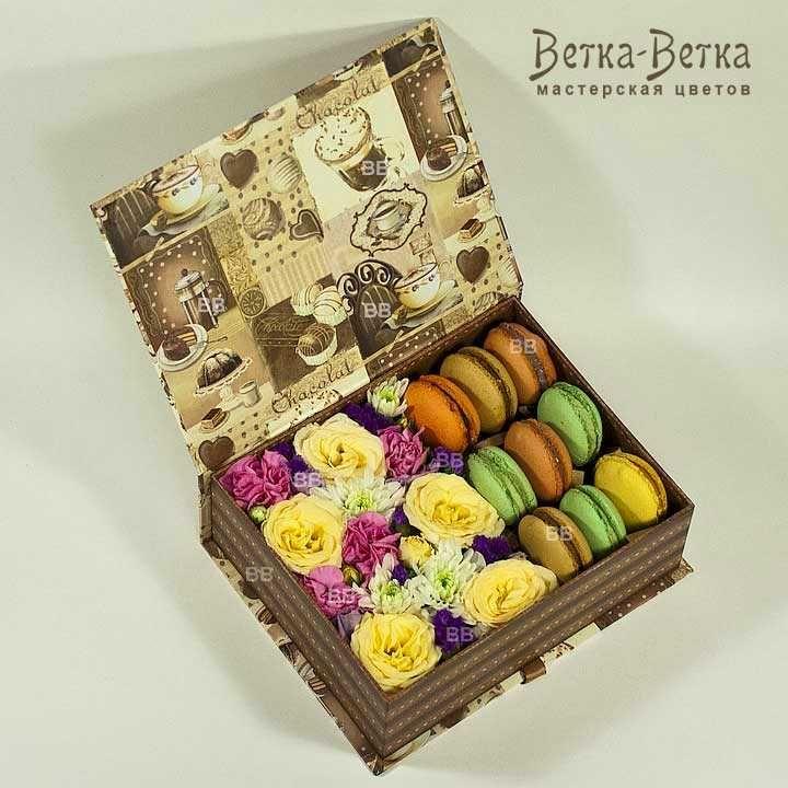 Подарочный набор из цветов и пирожных макарун. Вкусный и красивый сюрприз для ваших близких.