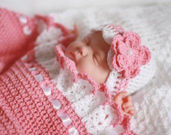 Manta de ganchillo hecho a mano, precioso, es un ideal que cubre para su bebé.  En color rosa, decorada con lazos de cinta de raso en blanco.