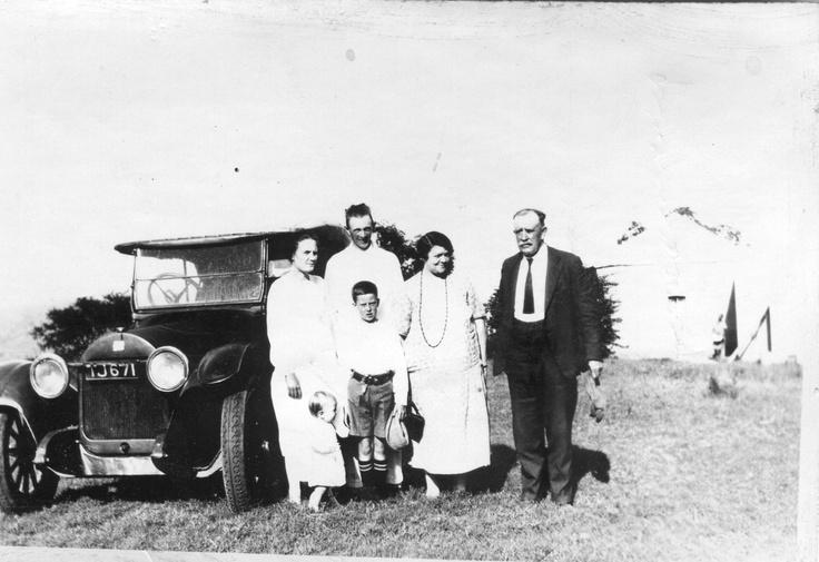 Tant Malie Dwinger, Oom Adolf Dwinger, Ouma Johanna Catharine Elizabeth (Lizzie) (Harmse) Smith, Oupa Campbell Martin Smith, Oom Sydney (hulle seun) kar is oupa sin 1928