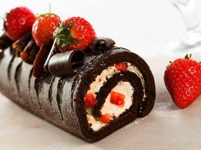 Rollo de Chocolate Relleno de Fresas con Crema | Un rollo de chocolate relleno de fresas con crema que no te puedes perder, queda realmente delicioso. Disfruta de esta receta.