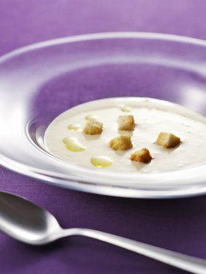 ビタミンCたっぷりのじゃがいもで冷たいスープを。バターに代えてえごまオイルを加え、コクを出しているので、とってもヘルシーでパワフル。|『ELLE gourmet(エル・グルメ)』はおしゃれで簡単なレシピが満載!