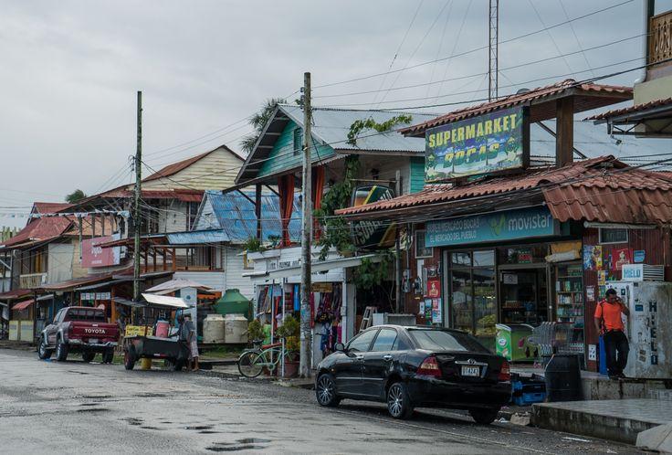 Calles de Bocas del Toro, un lugar bautizado así por Colon. Nadie sabe exactamente que es lo que vio el Almirante para denominarla de esa manera