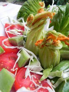 Insalata con fiori di zucchina ripieni di caprino & avocado   Ghiotto di Salute