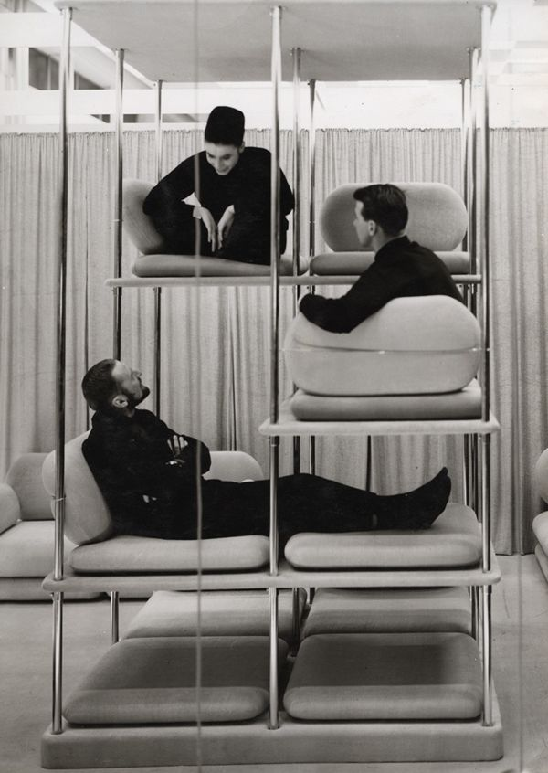 team meeting inspiration. Verner Panton . 1963-64 futuro hogar visuales asiento byn