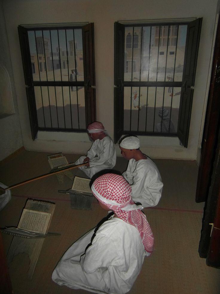 De basisschool (Al Katateeb) in de Emiraten was gelinkt met het geloof. De lessen werden alleen in de ochtend en middag gegeven. De kinderen zaten vaak op de grond met hun docent de Koran te leren.