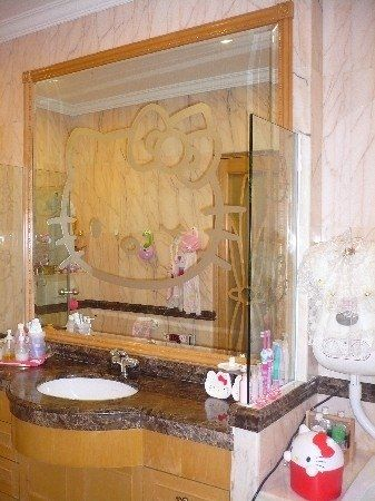 I love Hello Kitty... Now to get my husband to let me do this to our bathroom...