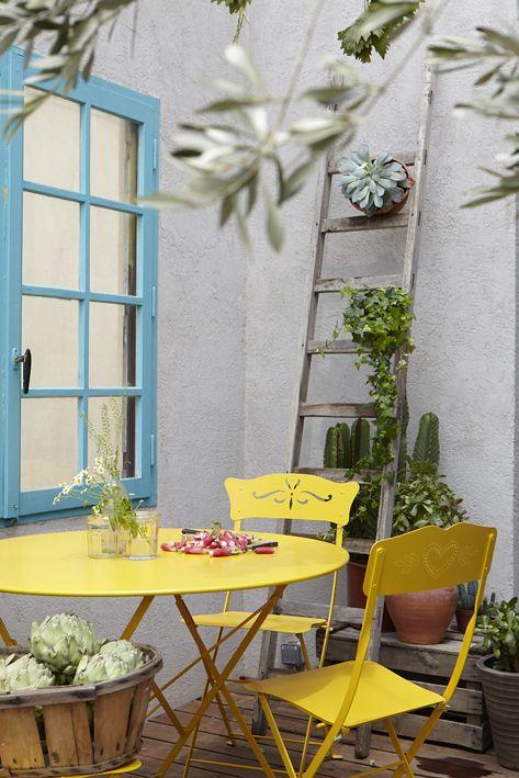 La chaise pliante Bagatelle reprend toute la praticité et le confort de l'emblématique modèle Bistro tout en y ajoutant une touche de légèreté et de romantisme avec un dossier découpé au laser. Fermob