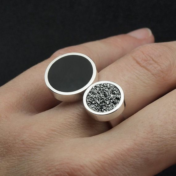 Anillo de plata, drusa plateada y cuerno de búfalo. Sterling silver, silver druzy and water buffalo horn ring. Wood ring, wooden ring, bone ring, druzy ring, antler ring, horn ring. Adam Ballester Joyas.