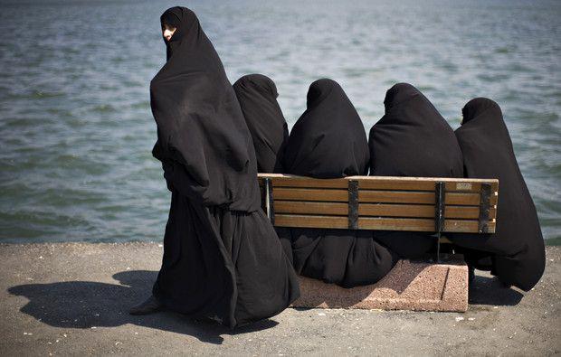 Sabemos que em várias comunidades muçulmanas a posição da mulher é complicada e que isso tem que ver com a interpretação que os juristas fazem dos códigos de conduta morais fundamentando-se em leituras enviesadas do Alcorão. Escusado será dizer que os juristas são todos homens!