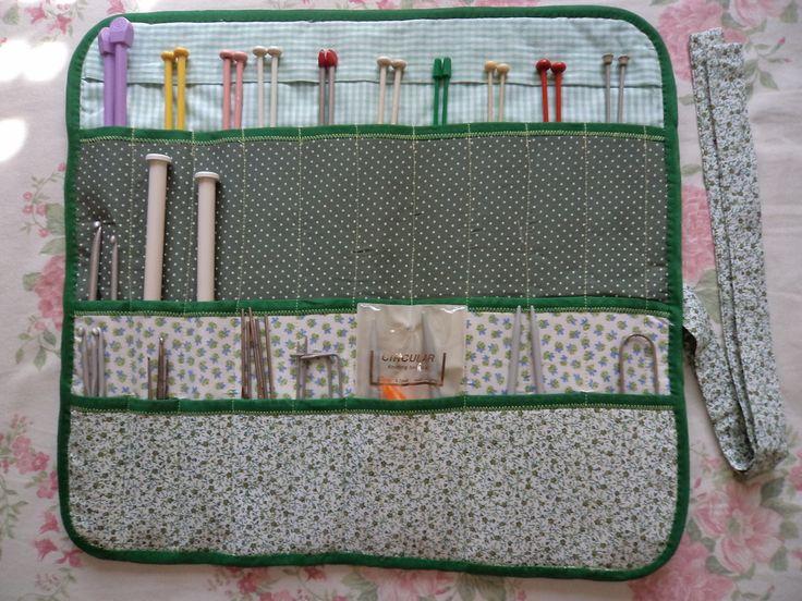 Porta Agulha Trico Croché,feito em tecido de algodão estruturada c/ manta acrílica, ela tem 3 partes .  1 : p/ agulhas de trico cabe 10 pares.  2; p/ agulhas de trico pequena cabe 5 pares .  3; p/ agulhas de croché e agulhas circular .