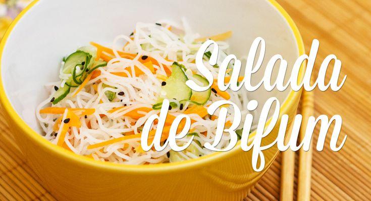 Aprenda a fazer uma salada oriental deliciosa, levinha e super refrescante! O bifum é um macarrão feito à base de arroz, sem glúten, e muito usado em preparações japonesas. É um ingrediente super fácil de trabalhar e muito levinho!
