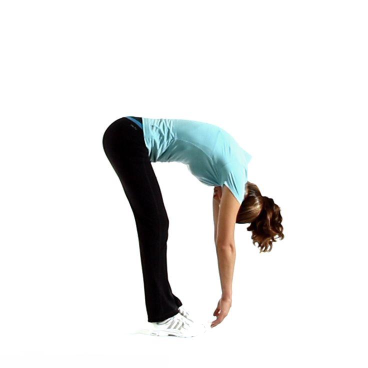 Rekken van achterkant bovenbeenspier (hamstring) door je benen volledig gestrekt te houden en dan naar voren buigen vanaf je onderrug. Dit zo ver mogelijk proberen. Oefening 3 tot 5 x uitvoeren en 8 seconden vasthouden