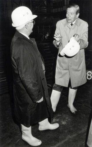 Renovatie van het Concertgebouw te Amsterdam. Prins Claus bezoekt onder begeleiding de funderingen van het Concertgebouw, en draagt daarbij grote witte laarzen en een helm, net als zijn metgezel. 12 november 1985.