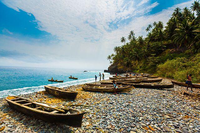 Bateaux de pêcheurs sur une plage de Sao Tome.