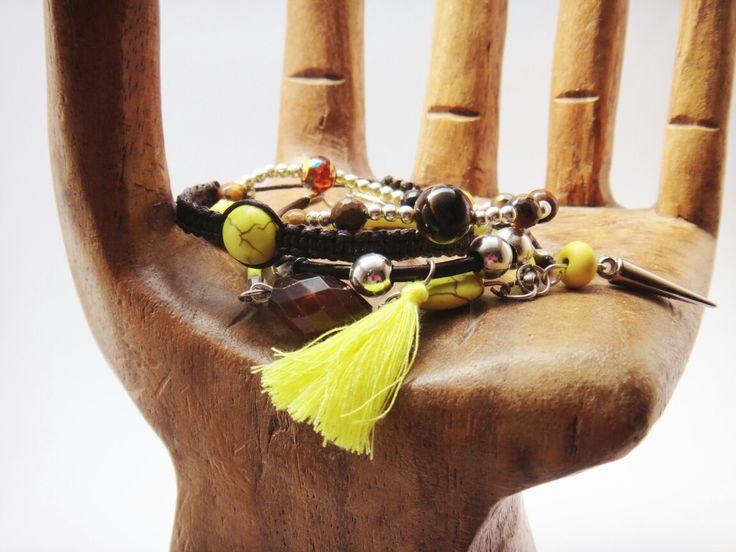 Conjunto de pulseras con borla amarilla.
