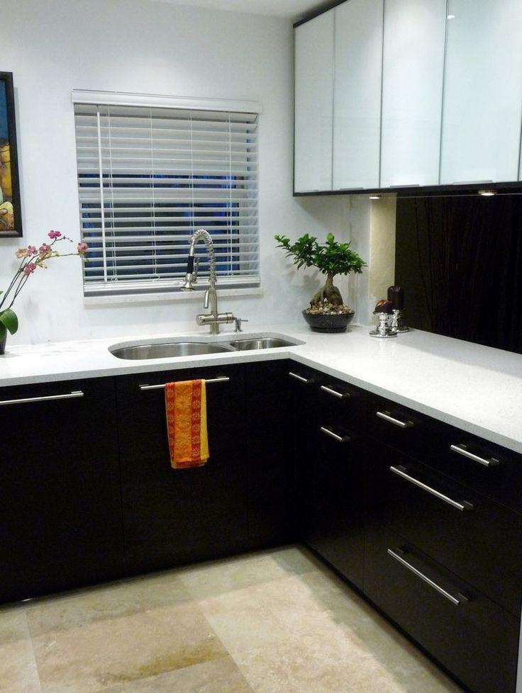 cuisine d'angle blanche et noire avec évier à 2 bacs et robinet douchette