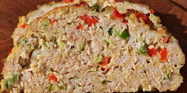 Helt utroligt nemt kyllingefarsbrød, der laves på hakket kylling og bages i ovnen. Resultatet bliver er flot farsbrød, der både er sundt og smager dejligt.
